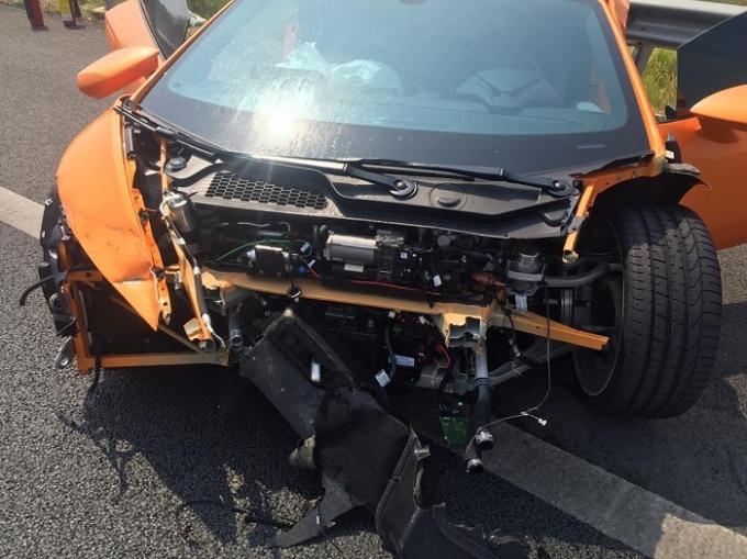 Chiếc siêu xe nát bét phần đầu sau vụ tai nạn.