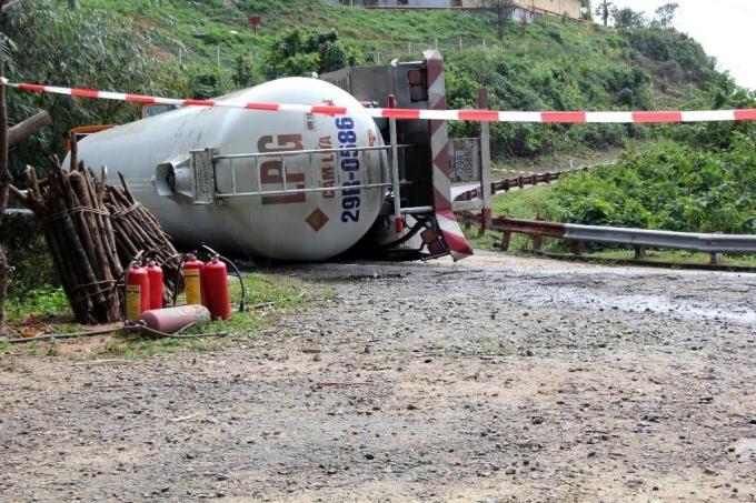 Hiện trường chiếc xe chở bồn gas bị lật trên đường đèo Hải Vân trưa 4/3.