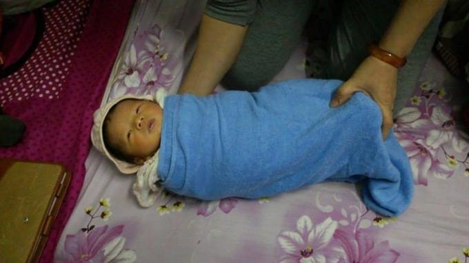 Em bé khoảng 2 -3 ngày tuổi, nặng 3kg.