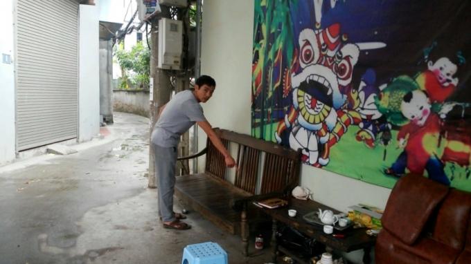 Cháu bé bị bỏ rơi trên chiếc ghế trước cửa nhà anh Lưu Văn Hùng.