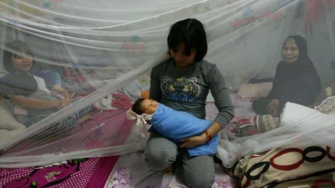 Chị Hoàng Thị Mai tạm thời đang là người chăm sóc cháu bé.