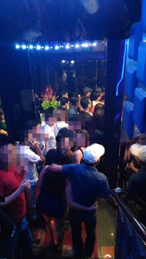 Ngay sau khi tiếng nhạc bị bắt và đèn được bật sáng, nhiều khách chơi đã ùn ùn kéo racửa. Tuy nhiên, lối ra vào cũng đã bị các lực lượng chức năng kiểm soát