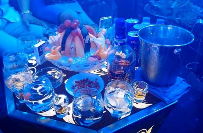 """Nhiều loại rượu mạnh được bar phục vụ để tăng độ """"phê"""" cho dân chơi."""