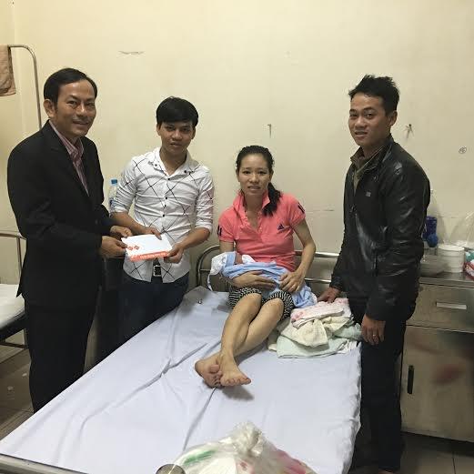 Đại diện hãng hàng không Jetstar Pacific đến bệnh viện chúc mừng mẹ con chị Nga.