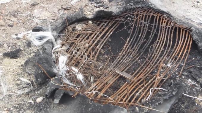 Chất thải rắn đang cháy dở.