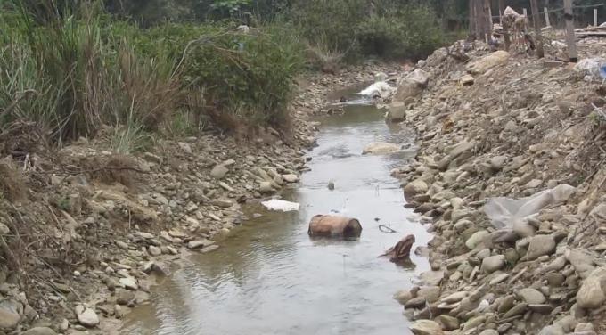 Các thùng hóa chất nằm chỏng chơ giữa sông, chảy xuôi về các xã tại Kỳ Anh.