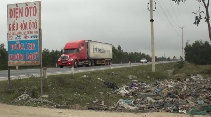 Những bãi rác ven đường như thế này dễ dàng bắt gặp.