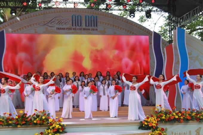 Các cô trong đội văn nghệ của nhà Văn hóa thanh niên trong trang phục áo dài truyền thống.