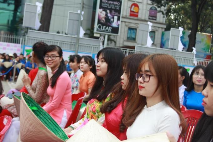 Các bạn nữ sinh trong tà áo dài tham dự lễ khai mạc.