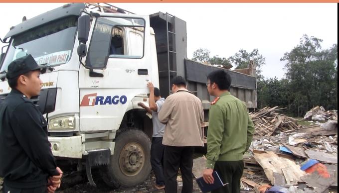 """Lực lượng chức năng """"bắt tại trận"""" xe tải đang đổ rác trái quy định."""