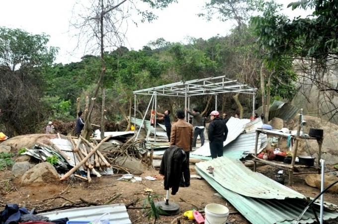 Lán trại của những người phá rừng Sơn Trà bị lực lực chức năng phá dỡ.