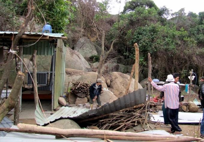 Các lán trại được người dân dựng lên để… thuận tiện cho việc phá rừng.