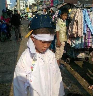 Hai con nhỏ của chị Khuê phải ra chợ Phan Thiết (Bình Thuận) xin tiền mai táng cho mẹ.