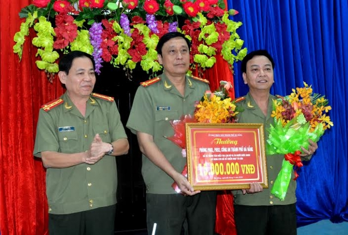 Lãnh đạo Phòng PA81 và PA92 nhận thưởng nóng.