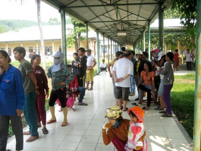 Gia đình các nạn nhân ở Trung tâm Y tế Nam Giang.