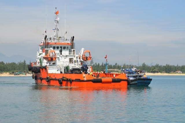 Tàu CSB đưa tàu cá bị nạn về đất liền.