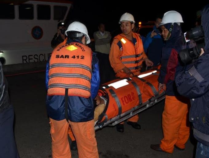 Ngư dân bị nạn được đưa vào bờ cấp cứu.