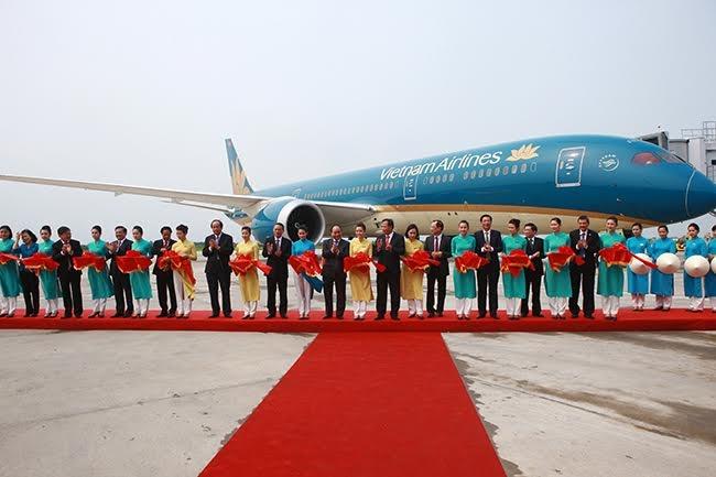 Thủ tướng và các lãnh đạo cắt băng khánh thành Cảng hàng không quốc tế Cát Bi.