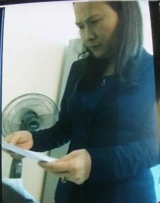 Bà Hà - Giám đốc Trung tâm phát triển qũy đất TP Thái bình đang kiểm tra giấy giới thiệu của DN đến mua hồ sơ mời thầu.