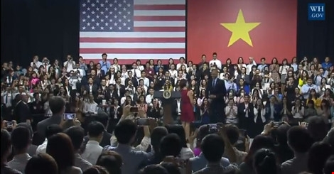 Tổng thống Obama bước vào hội trường trong tiếng vỗ tay của các bạn trẻ TP HCM.