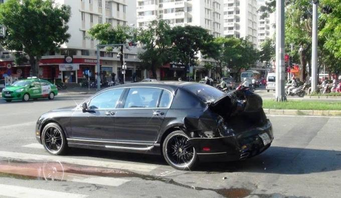 Chiếc xế sang bị biến dạng phần đuôi xe.
