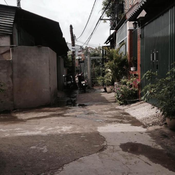 Cơ sở này nằm sát bên nhà các hộ dân gây ô nhiễm nghiêm trọng.