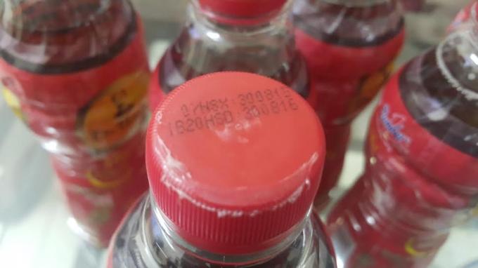 Nắp chai nhựa cứng bị biến dạng nghi va đập mạnh.