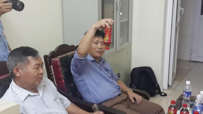 Ông Hoàng Văn Tuế (áo trắng), Phó Chủ tịch Hội Tiêu chuẩn và Bảo vệ người tiêu dùng Thanh Hóa và nhà báo Xuân Hùng báo Lao động - người tiêu dùng khiếu nại về sản phẩm.