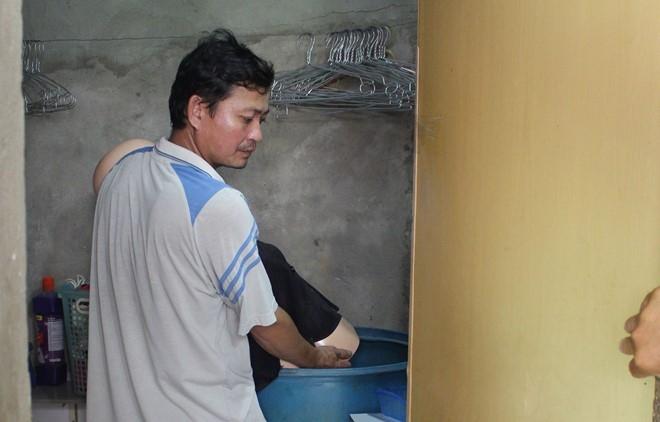 Nghi can thực nghiệm việc bỏ xác vợ thùng phuy nước.