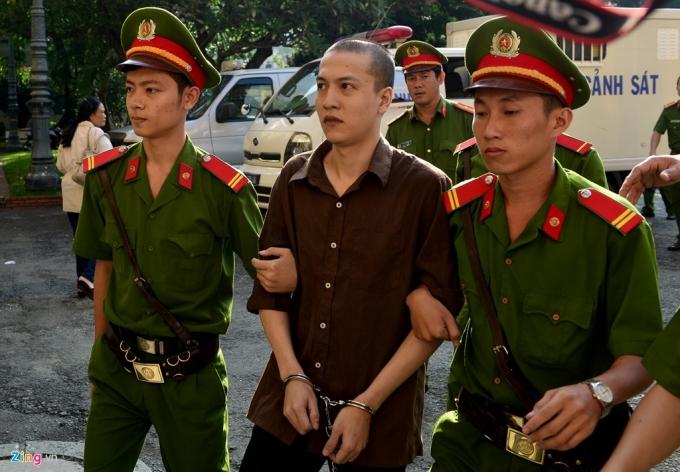7h35, xe đặc dụng của công an tỉnh Bình Phước đã di lý 3 bị cáo Nguyễn Hải Dương, Vũ Văn Tiến và Trần Đình Thoại tới sân tòa.