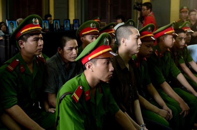 Nguyên Hải Dương, Trần Định Thoại tại phiên tòa phúc thẩm. Trong phiên sơ thẩm, Dương bị tuyên tử hình, Thoại bị tuyên 16 năm tù.