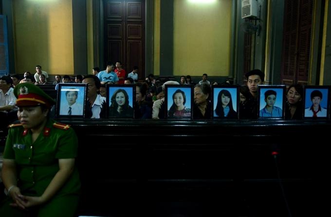 Di ảnh của 6 nạn nhân được đặt ngay ngắn trong phiên tòa. Nhiều người thân tỏ ra đau đớn, gào khóc trước khi phiên tòa bước vào xét xử.
