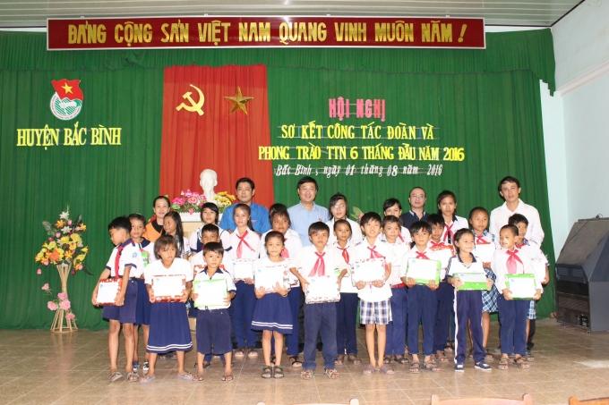 Bình Thuận: Trung ương Đoàn và Tân Hiệp Phát trao học bổng cho học sinh nghèo