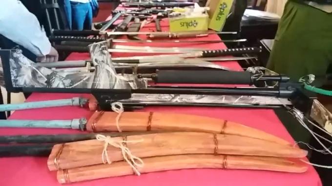 Nhiều vũ khí nóng thu giữ được tại nhà đối tượng Vũ Quang Hùng.
