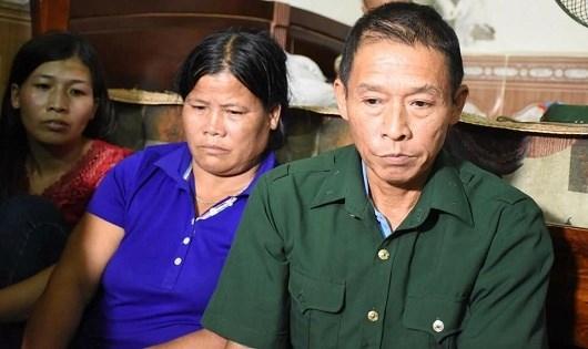 Ông Thach (bên phải) cùng vợ (áo xanh) và con gái chia sẻ với PV