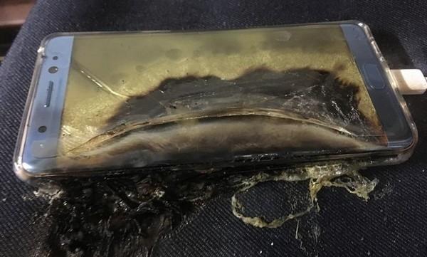 Dù Galaxy Note7 phiên bản sửa lỗi được Samsung khẳng định là an toàn để sử dụng nhưng hàng loạt vụ cháy, nổ sản phẩm vẫn liên tiếp xảy ra. Vì sự an toàn, người dùng sản phẩm Galaxy Note7 dù là phiên bản nào cũng nên tắt máy ngay.