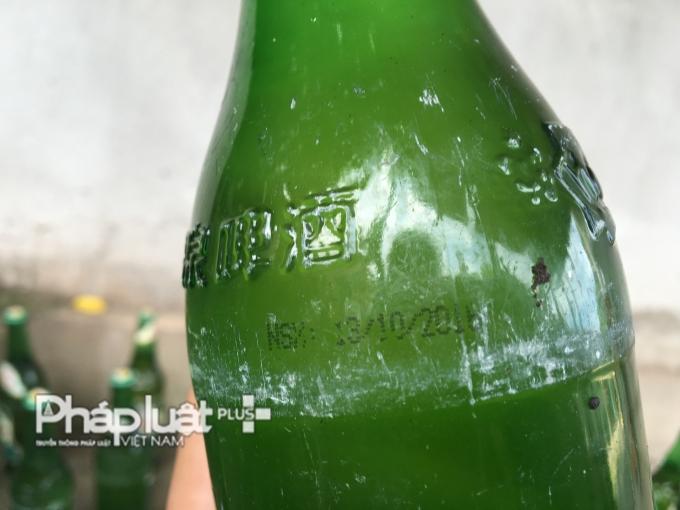 Ngày sản xuất của những chai bia bị đóng cặn.