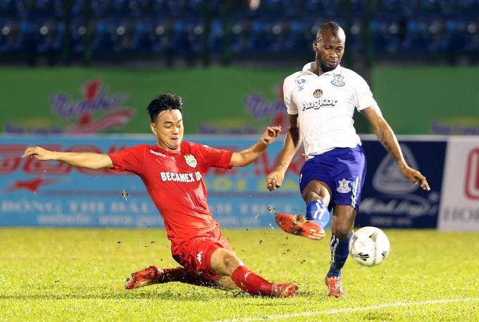 Pha tranh bóng quyết liệt giữa cầu thủ của hai đội B. Bình Dương và Boeung Ket Angkor.