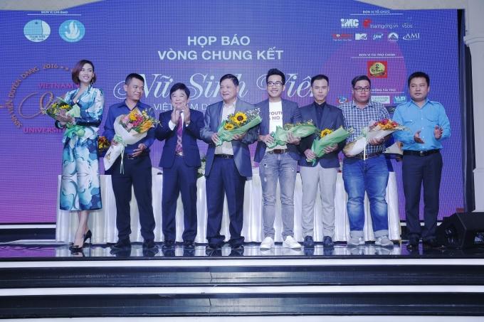 Đại diện nhãn hàng Trà Thảo Mộc Dr Thanh nhận hoa từ BTC.