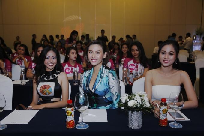 Siêu mẫu Võ Hoàng Yến (giữa) và Hoa khôi VMU 2014 Hoàng Thị Phương Thảo (bìa phải) góp mặt trong buổi họp báo.
