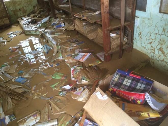 Theo thống kê sơ bộ của Sở GD-ĐT tỉnh Bình Định, lũ lụt làm hơn 50.000 sách vở học sinh bị ướt, cuốn trôi.