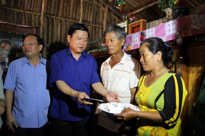 Bí thư Thăng thăm và tặng quà 1 hộ nghèo tại huyện Cần Giờ. Ông bức xúc: