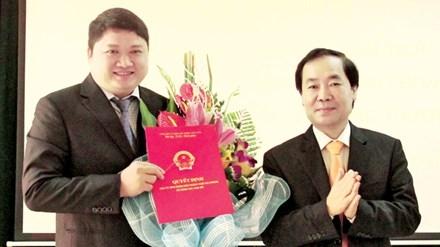 Ông Vũ Đình Duy (bên trái, cầm quyết định) tại lễ công bố quyết định bổ nhiệm - hiện đã bỏ trốn ra nước ngoài.