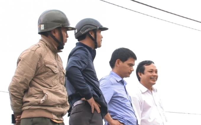 Cán bộ huyện Bắc Trà My cùng phóng viên tới hiện trường.