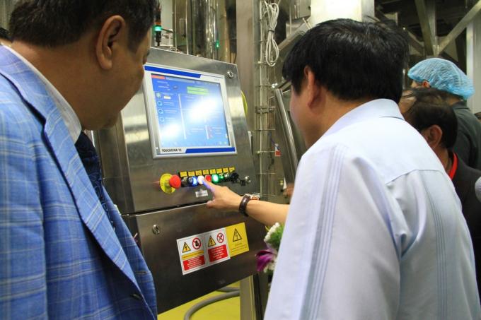 Các đại biểu bấm nút chính thức khởi động, vận hành giai đoạn 1 nhà máy Number One Chu Lai.