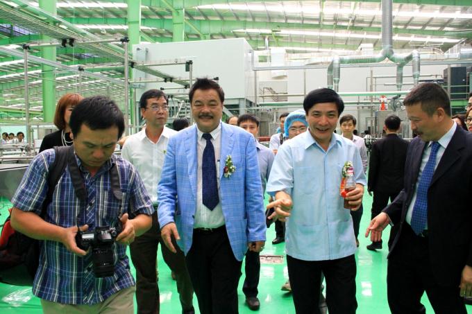 Đoàn đại biểu tham quan nhà máy và dây chuyền sản xuất.