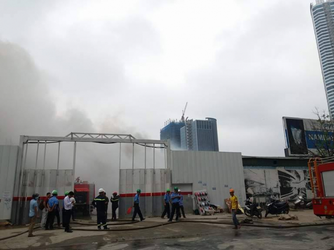 Theo phóng viên Hà Đương có mặt ở hiện trường, khói lửa vẫn bốc lên đen kịt một khoảng lớn. Lúc này, giao thông trên đường Phạm Hùng bị nghẽn nhẹ.