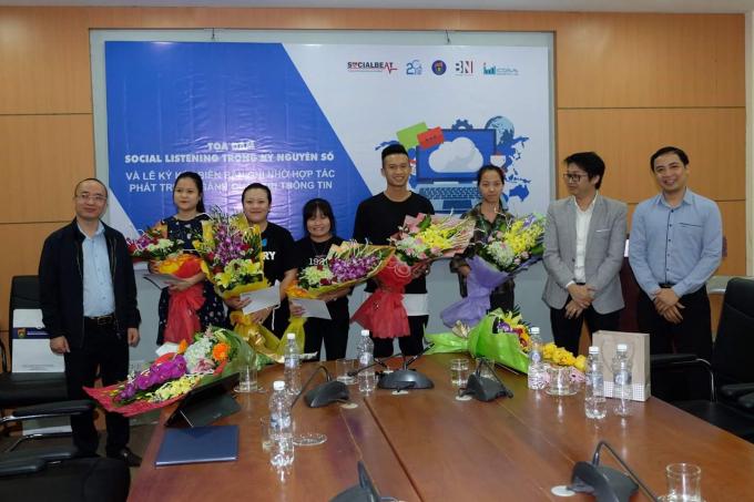 Ông Nguyễn Phan Huy Khôi, Chủ tịch Bảo Ninh Investment và Tiến sĩ Đỗ Văn Hùng, Trưởng Khoa Thông tin – Thư viện chụp ảnh cùng các sinh viên xuất sắc.