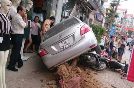 Ông Tô Văn Vỹ bên chiếc xe gây tai nạn.