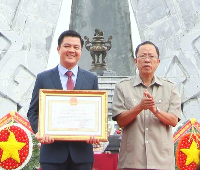 Tổng Giám đốc Tạ Bình Nguyên, Công ty Cổ phần Nước Aquaone Hậu Giang nhận Huân chương lao động hạng III cho những đóng góp quan trọng vì cộng đồng xã hội.